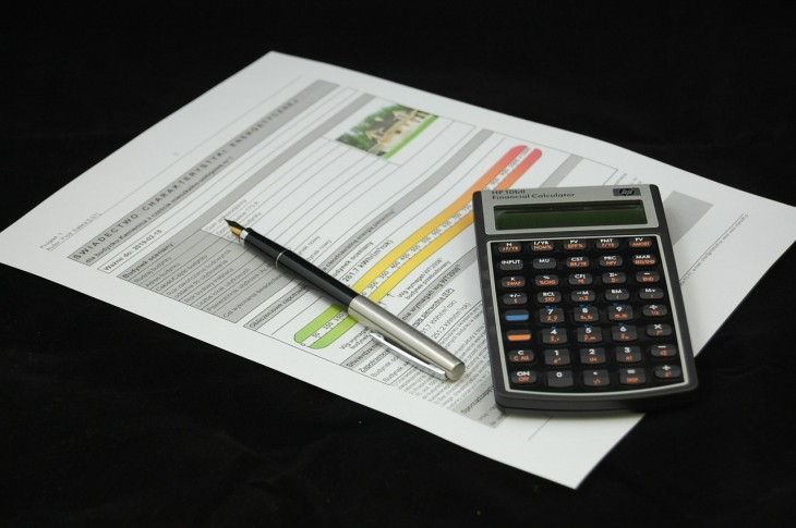 umowa, długopis i kalkulator leżące na stole