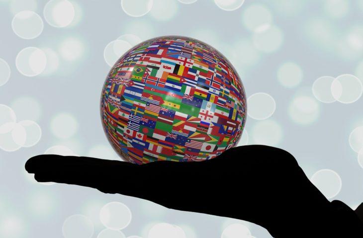kula ziemska cała pokryta flagami różnych państw