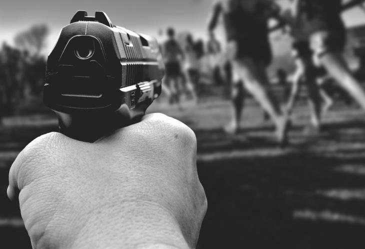 ręka trzymająca pistolet