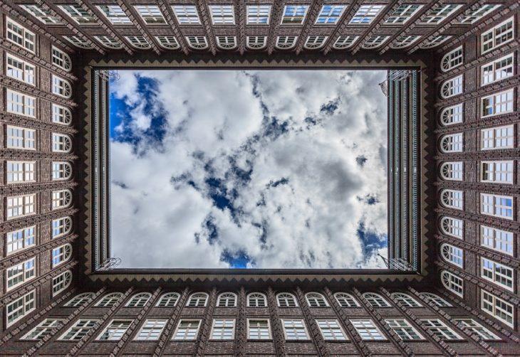krawek nieba widoczny z dziedzińca dużego budynku