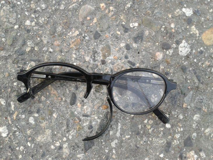 połamana oprawka od okularów