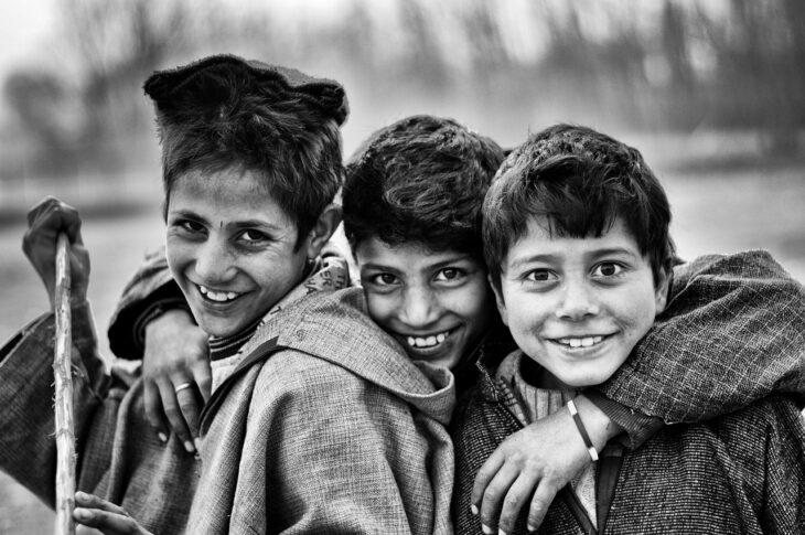 zdjęcie trzech chłopców, przyjaciół