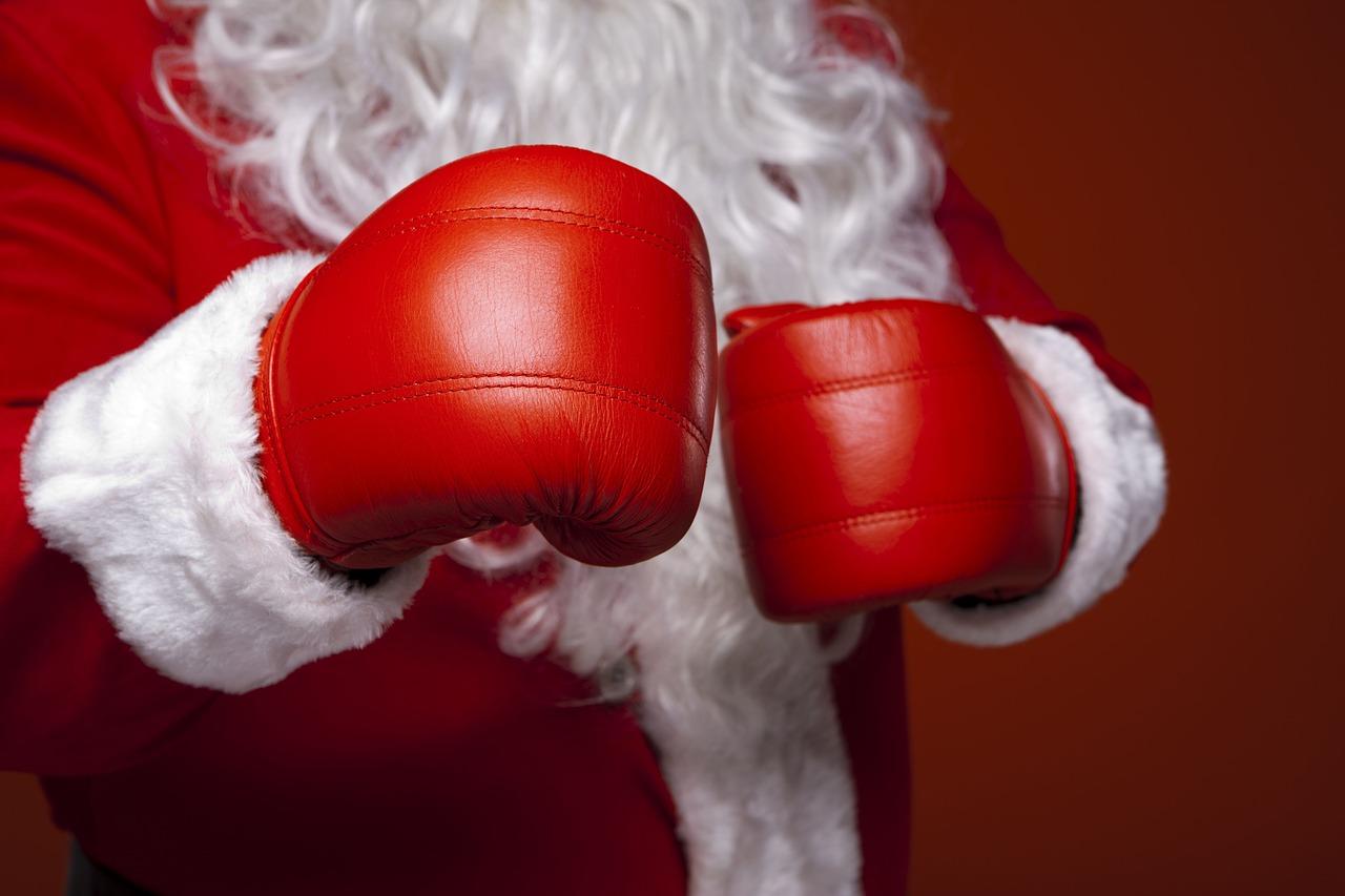 święty Mikołaj z rękawicami bokserskimi