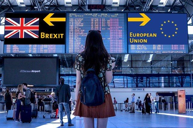 tablica świetlna pokazująca strzałki w przeciwnych kierunkach dla Europy i Wielkiej Brytanii