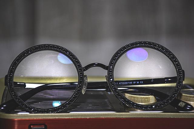 leżące na stole okulary