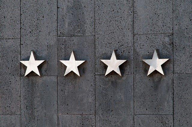 cztery gwiazdki na kawałku drewna