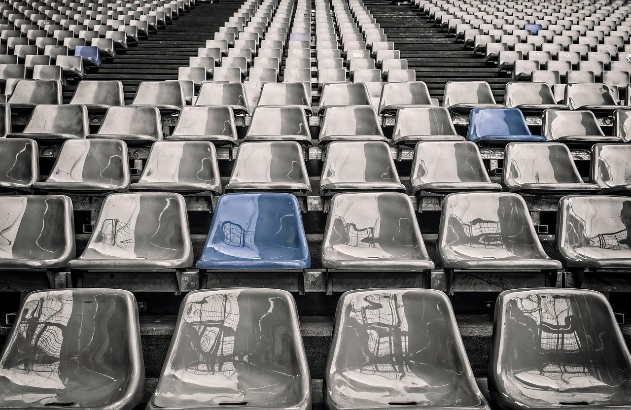 krzesła na stadionie w tm jedno w innym kolorze